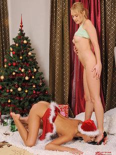 Горячие лесбиянки развлекаются возле ёлки с подарками