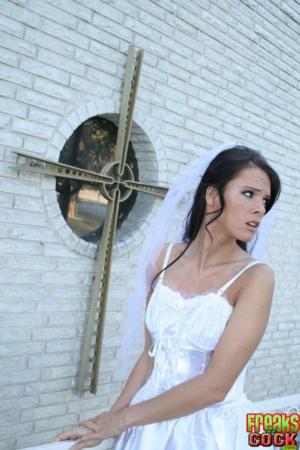 Невеста Jennifer Dark ушла со свадьбы и разделась в розовой хате 1 фото