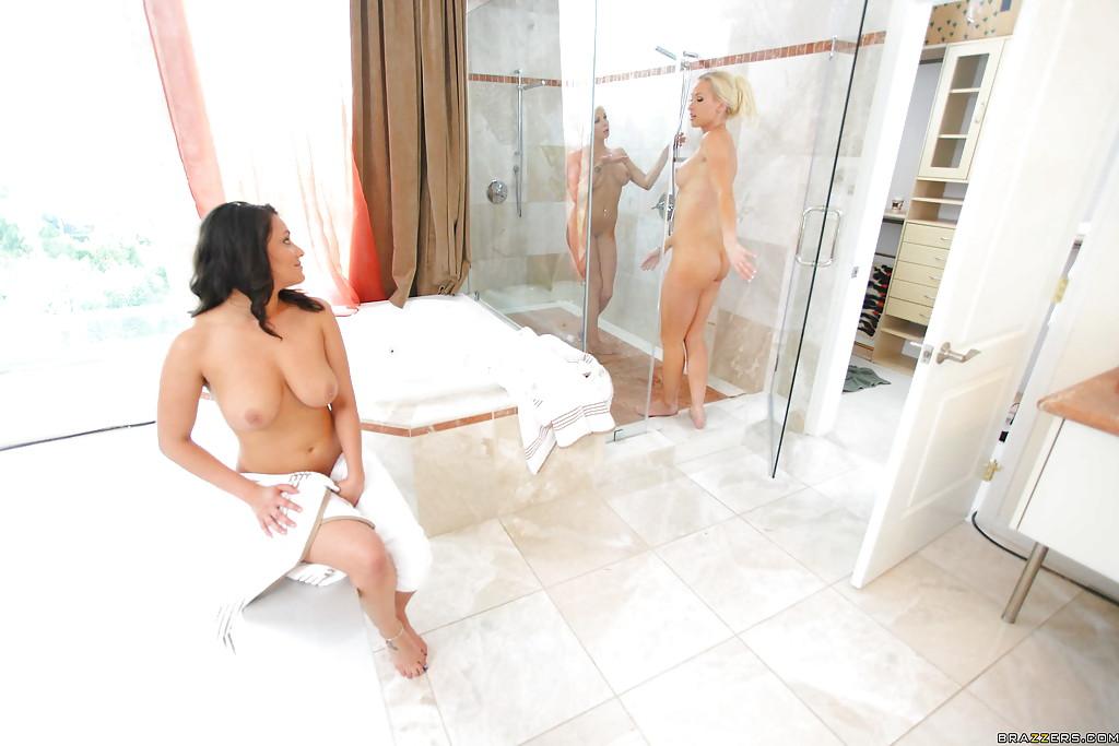 Грудастые лесбиянки лижут друг дружке дырочки в бане 7 фото