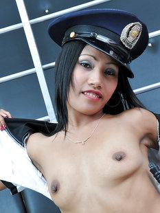 Худая азиатка сняла униформу полицейской около лестницы