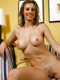 30летняя баба с вьющимися волосами разделась на полосатом диване