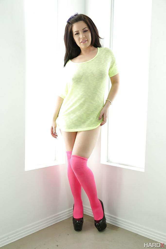 Жгучая брюнетка позирует для журнала в розовых чулках 1 фото