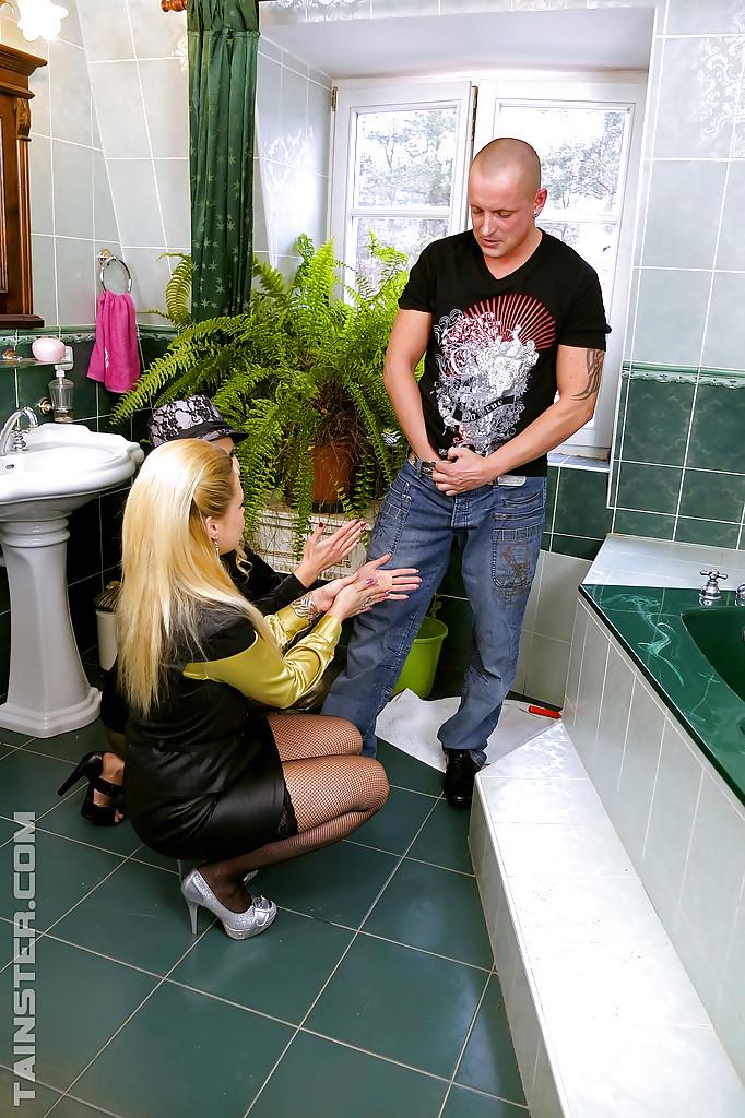 Лысый мужик трахает в ванной двух горячих блондинок 1 фото