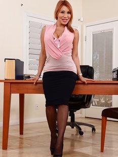 Взрослая начальница с пышным задом разделась в своем офисе