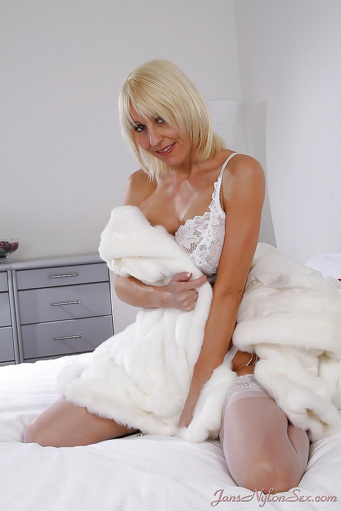 Силиконовая блондинка в белых чулках сладко дрочит писю 3 фото