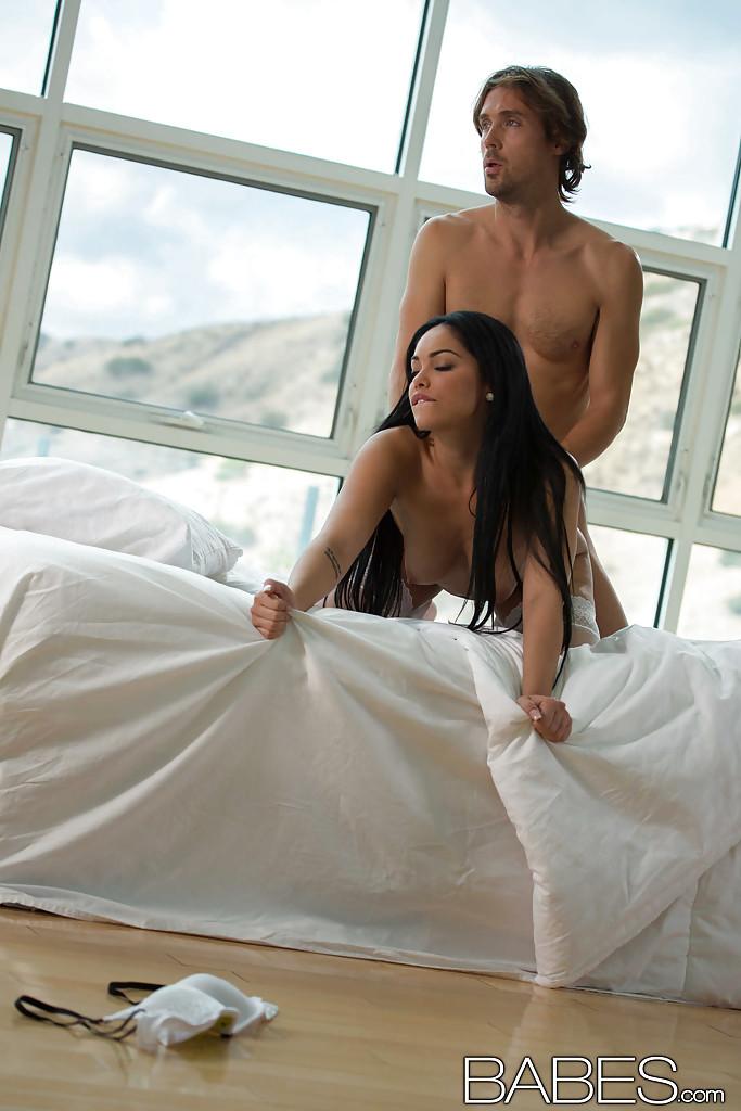 Романтичный секс с красивой мулаткой в белых чулках 12 фото