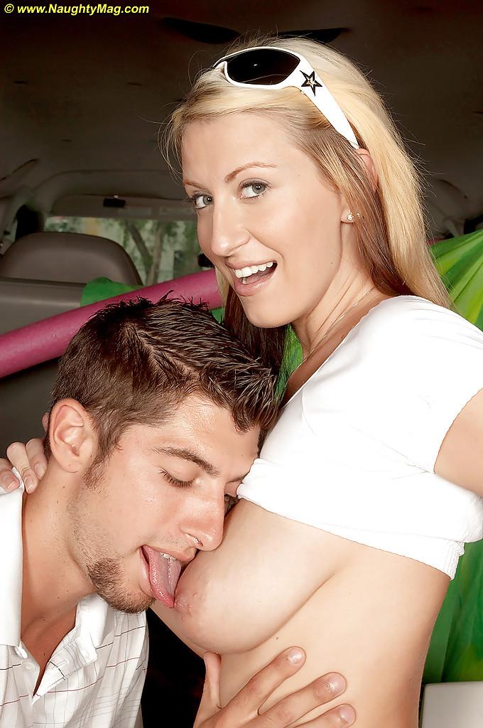 Горячая блондинка сосет член парню в машине 4 фото