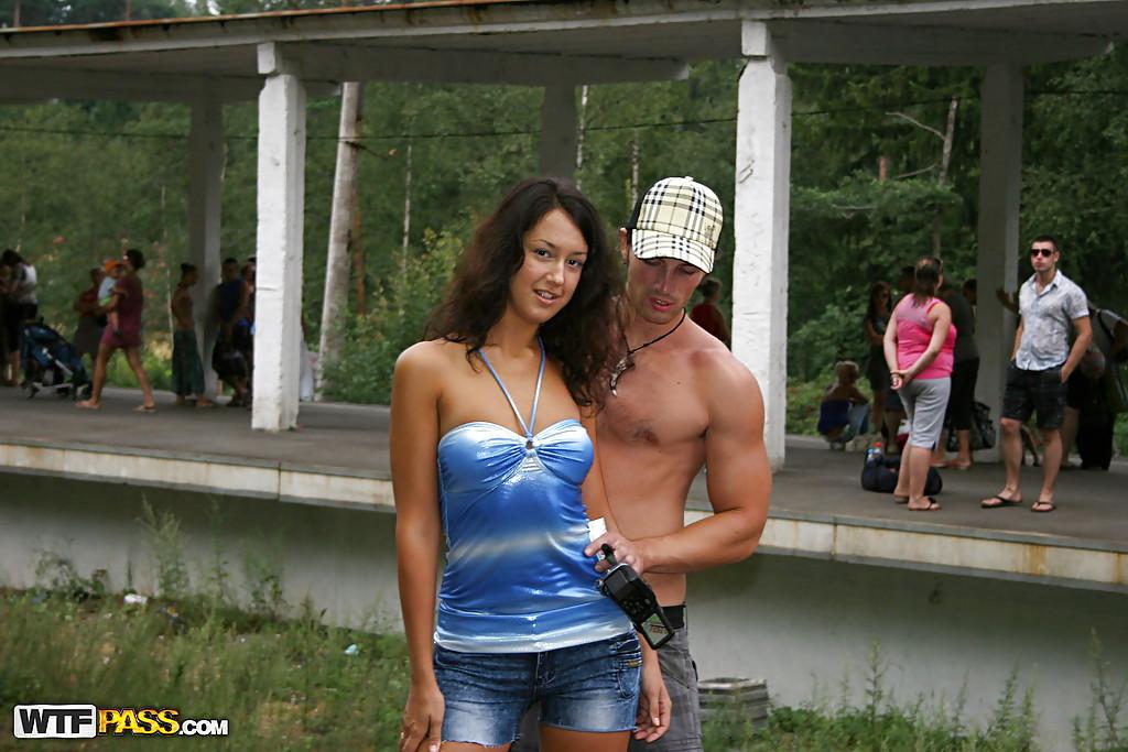 Парень привез свою девушку в лес, чтобы её трахнул негр 1 фото