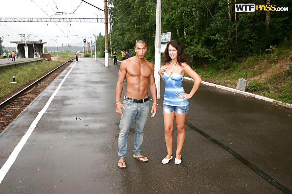 Парень привез свою девушку в лес, чтобы её трахнул негр 14 фото