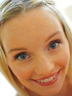 Sammie Daniels с милой улыбкой оголилась на белых простынях