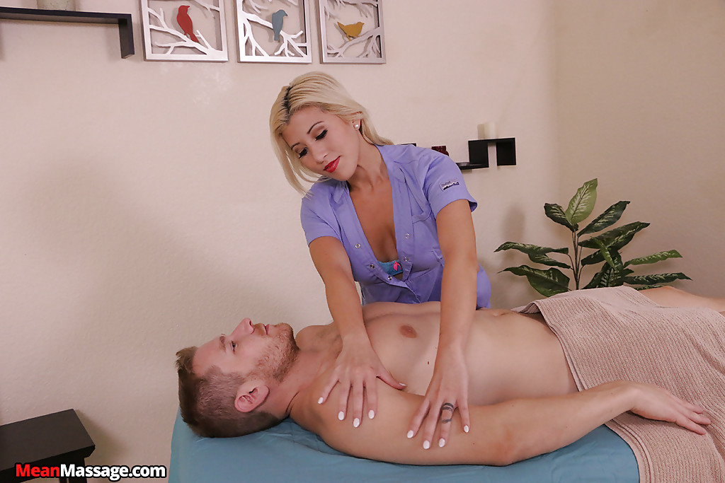 Сиськастая блондинка дрочит член в массажном кабинете 2 фото