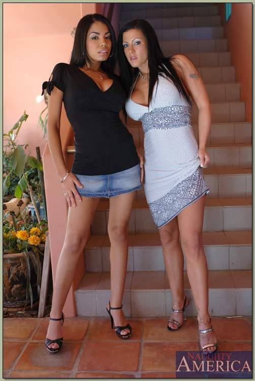 Две горячие брюнетки раздеваются на лестнице и показывают свои дырки 1 фото