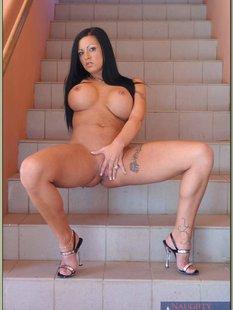 Две горячие брюнетки раздеваются на лестнице и показывают свои дырки