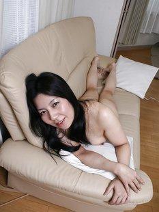 Азиатка показывает волосатую киску и очко в обеденный перерыв