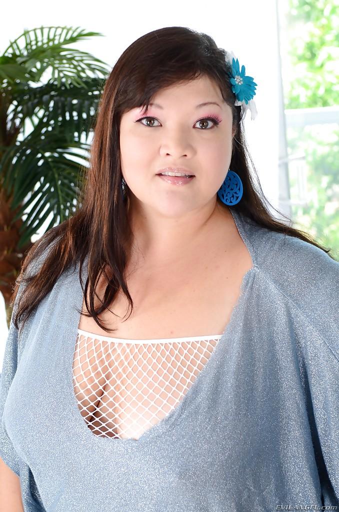 Азиатская пышка демонстрирует свою аппетитную задницу 1 фото