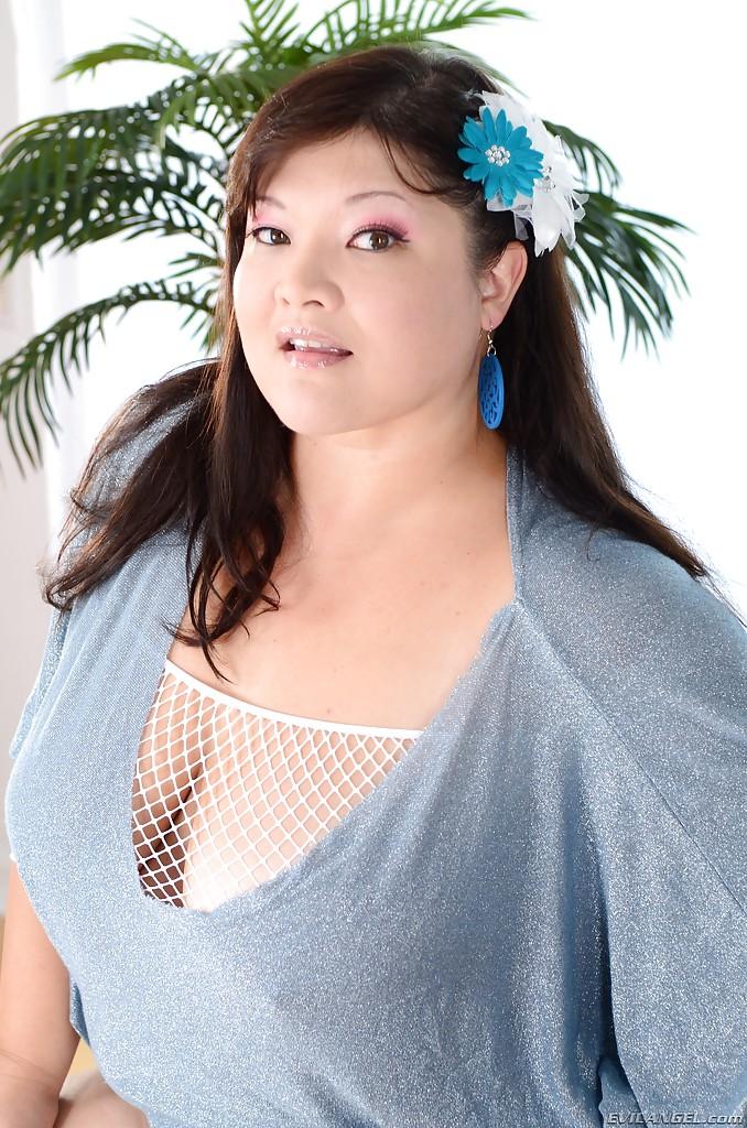Азиатская пышка демонстрирует свою аппетитную задницу 2 фото