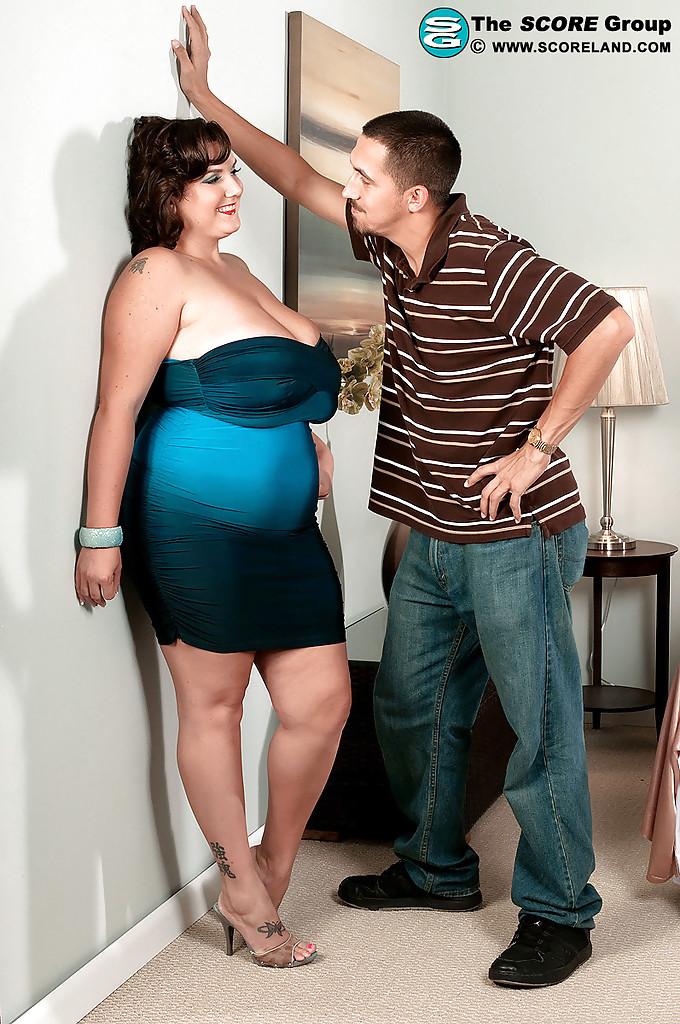 Парень раздевает пышку Charlie Cooper и ласкает её огромные дойки 1 фото