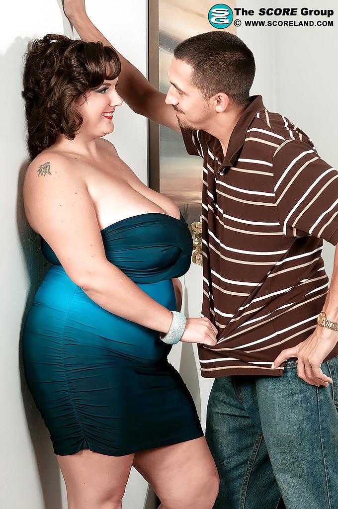 Парень раздевает пышку Charlie Cooper и ласкает её огромные дойки 2 фото
