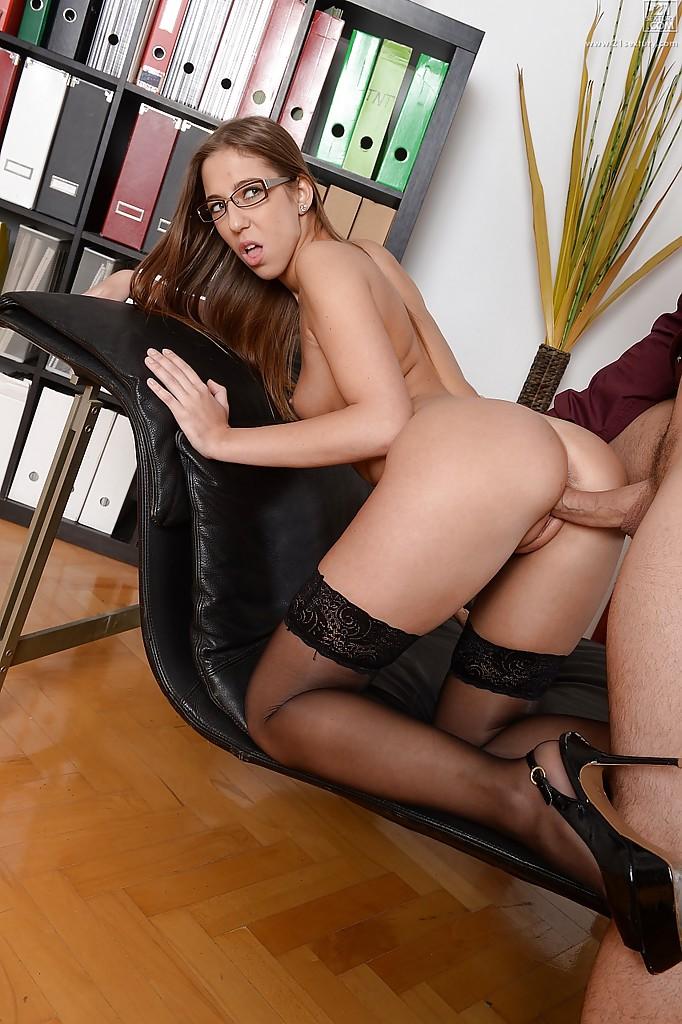 Секретарша в очках дала в киску шефу после работы 5 фото