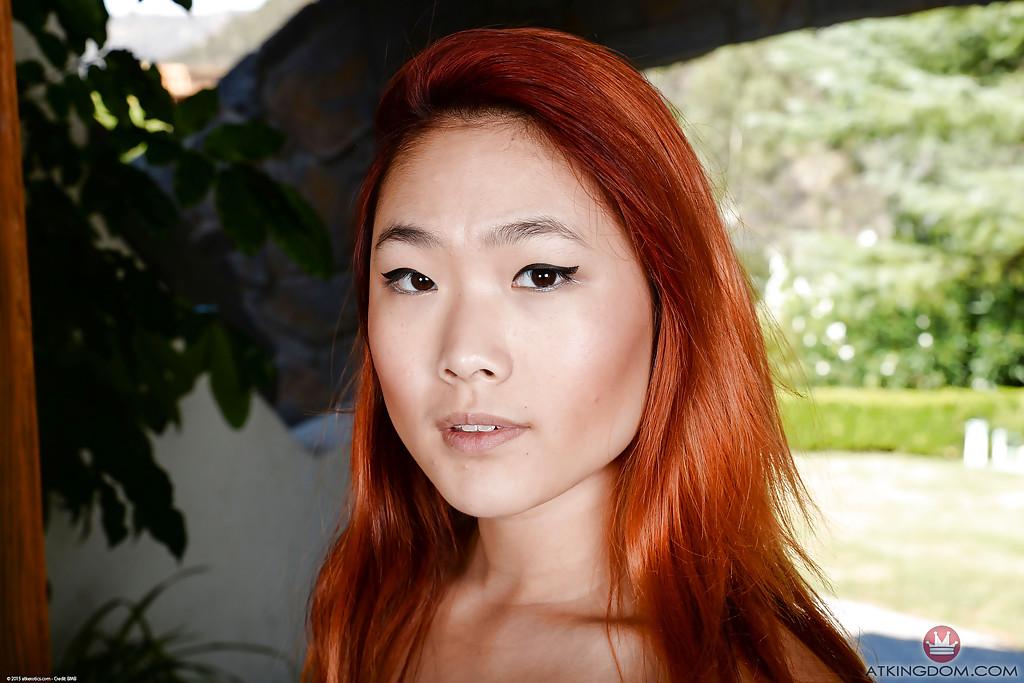 Рыжеволосая азиатка светит дырками между ног 15 фото