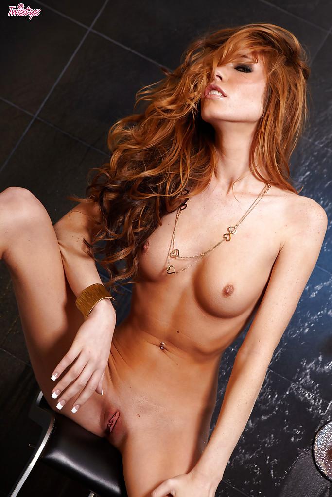 Рыжая худышка Бри Морган оголяется у ванной и светит киской 7 фото