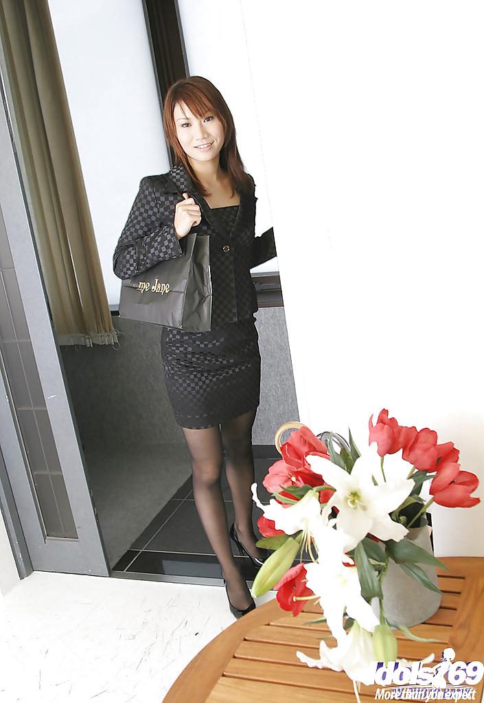 Японка в розовых трусиках и колготках обнажается в постели 1 фото