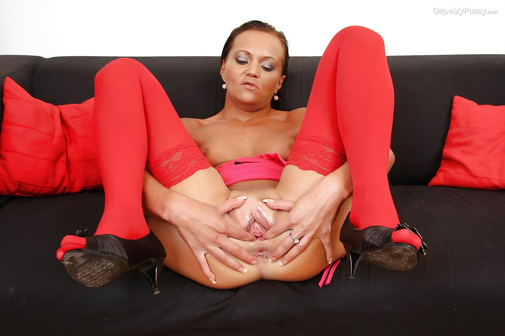 Мамка в красных чулках растягивает половые губы 4 фото