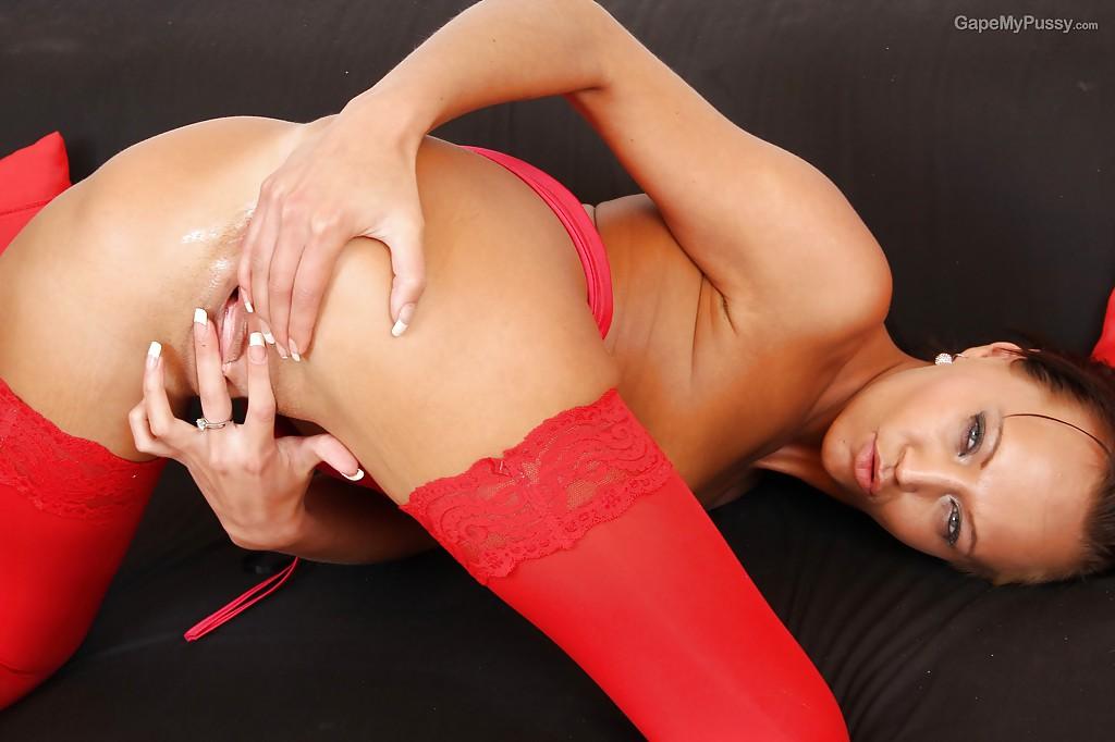Мамка в красных чулках растягивает половые губы 11 фото