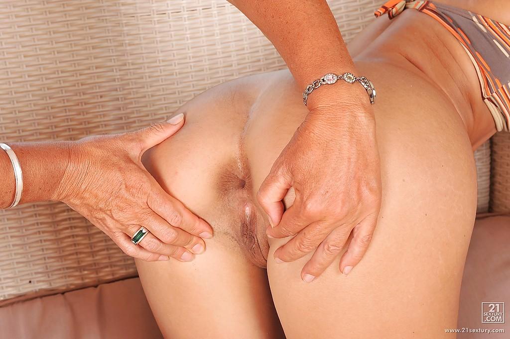 Старушка засунула страпон во влажную киску плоскогрудой лесбиянки 5 фото