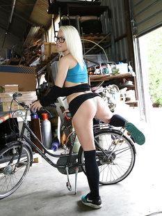 Веснушчатая велосипедистка в очках сняла трусики в гараже