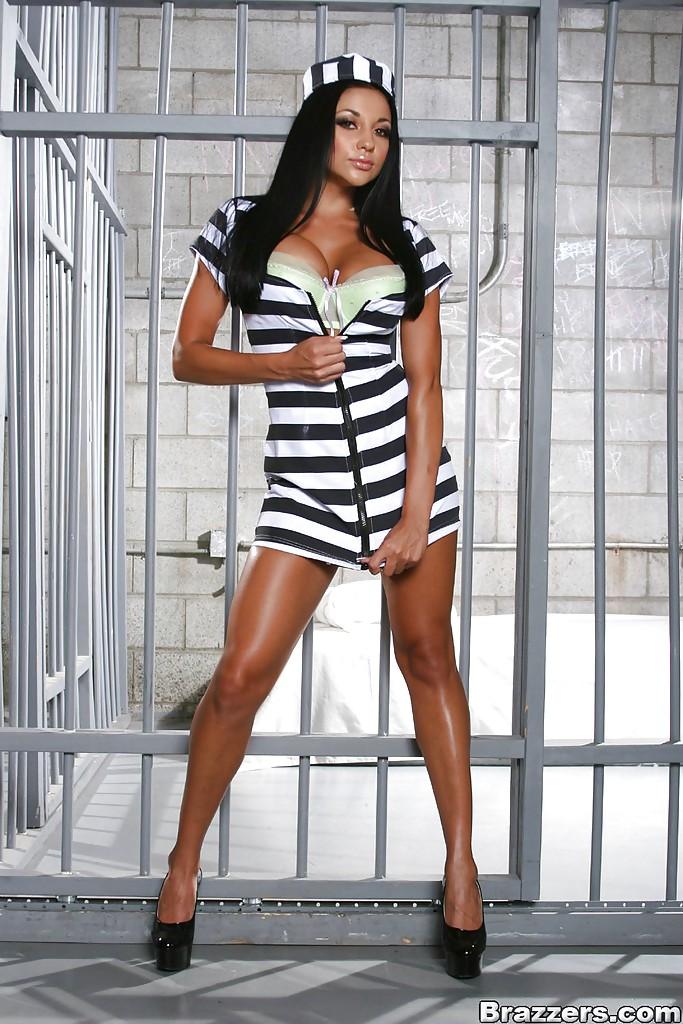 Сочная Одри Битони показала большие сиськи и попу в тюрьме 6 фото