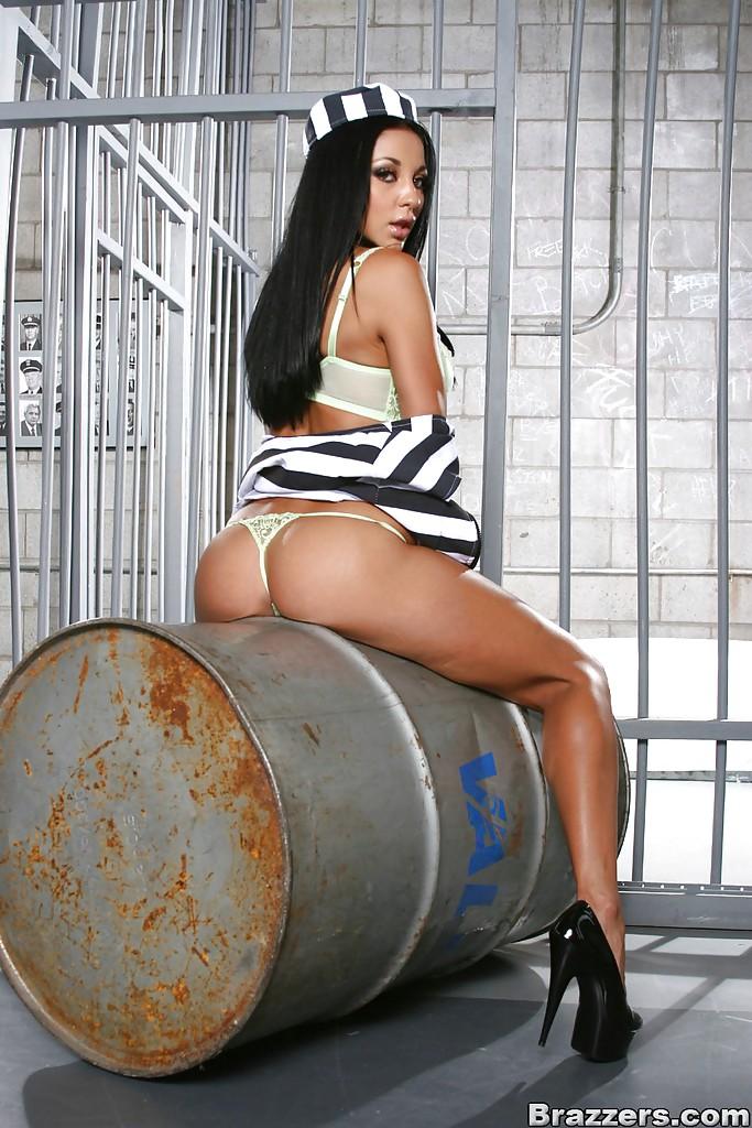 Сочная Одри Битони показала большие сиськи и попу в тюрьме 7 фото
