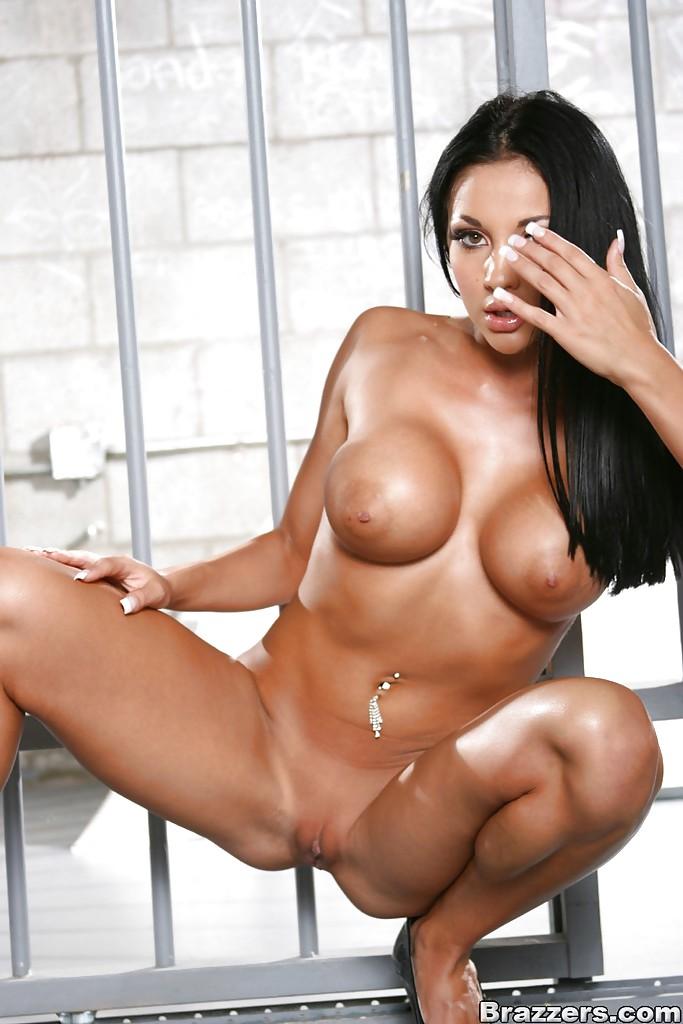 Сочная Одри Битони показала большие сиськи и попу в тюрьме 12 фото