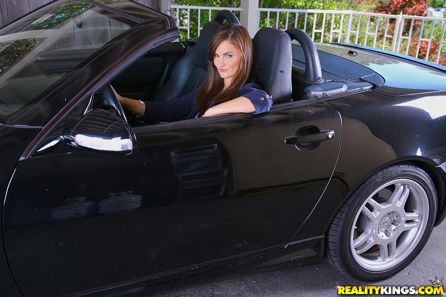 Лили Картер вышла из кабриолета и показала большую попу 1 фото