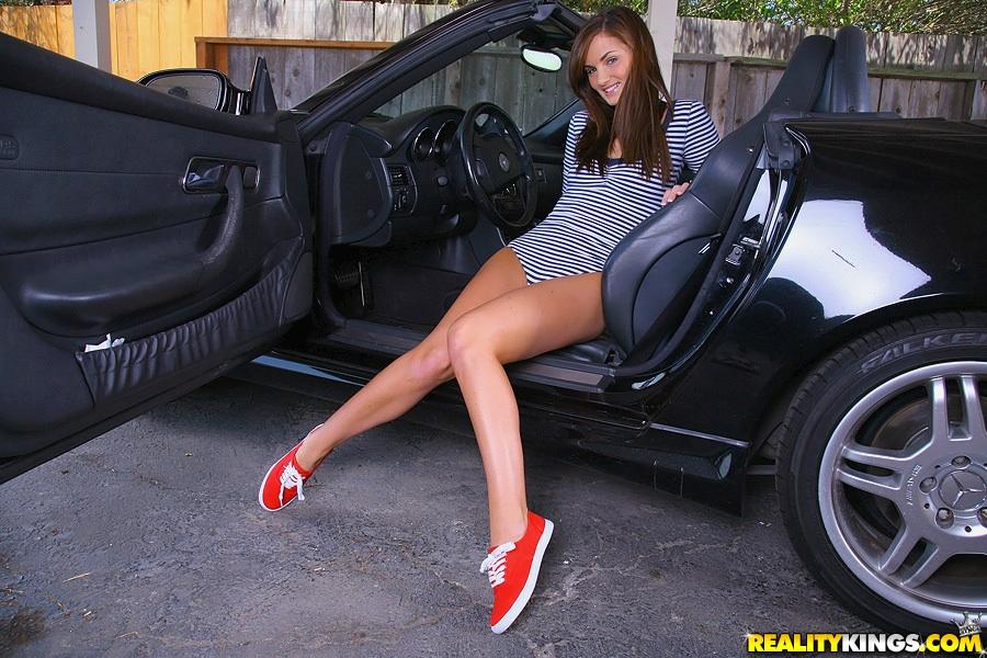 Лили Картер вышла из кабриолета и показала большую попу 15 фото