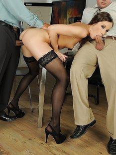 Офисная давалка в чулках обожает двойное проникновение на столе