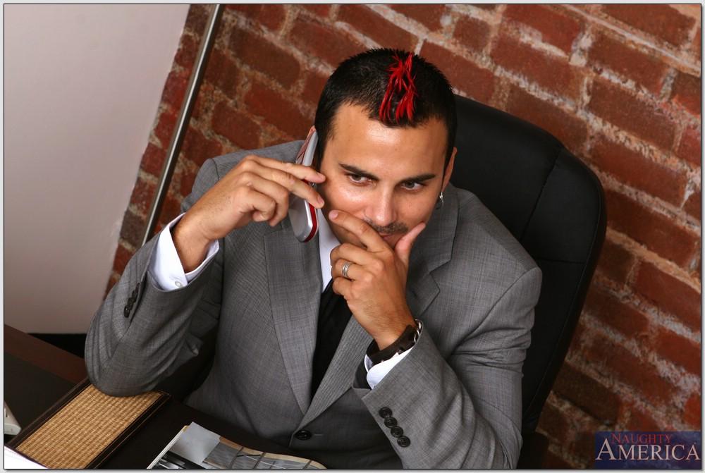 Секретарша зашла в кабинет начальника и отдалась ему на столе 1 фото