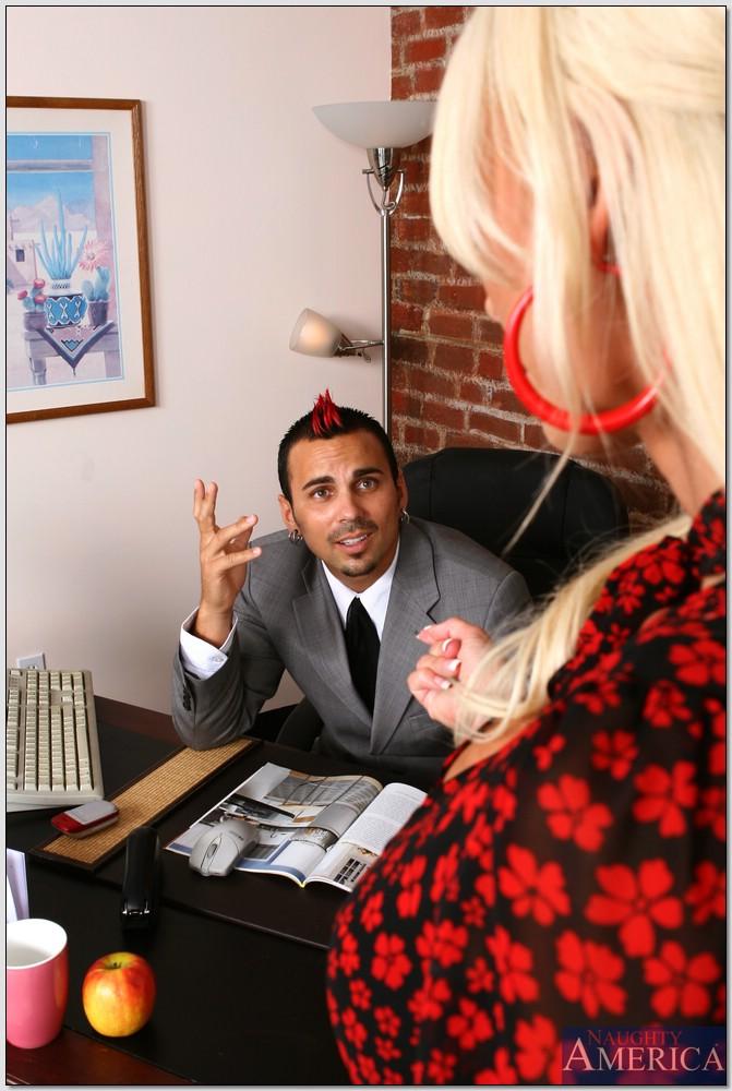 Секретарша зашла в кабинет начальника и отдалась ему на столе 2 фото