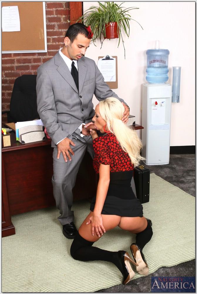 Секретарша зашла в кабинет начальника и отдалась ему на столе 4 фото