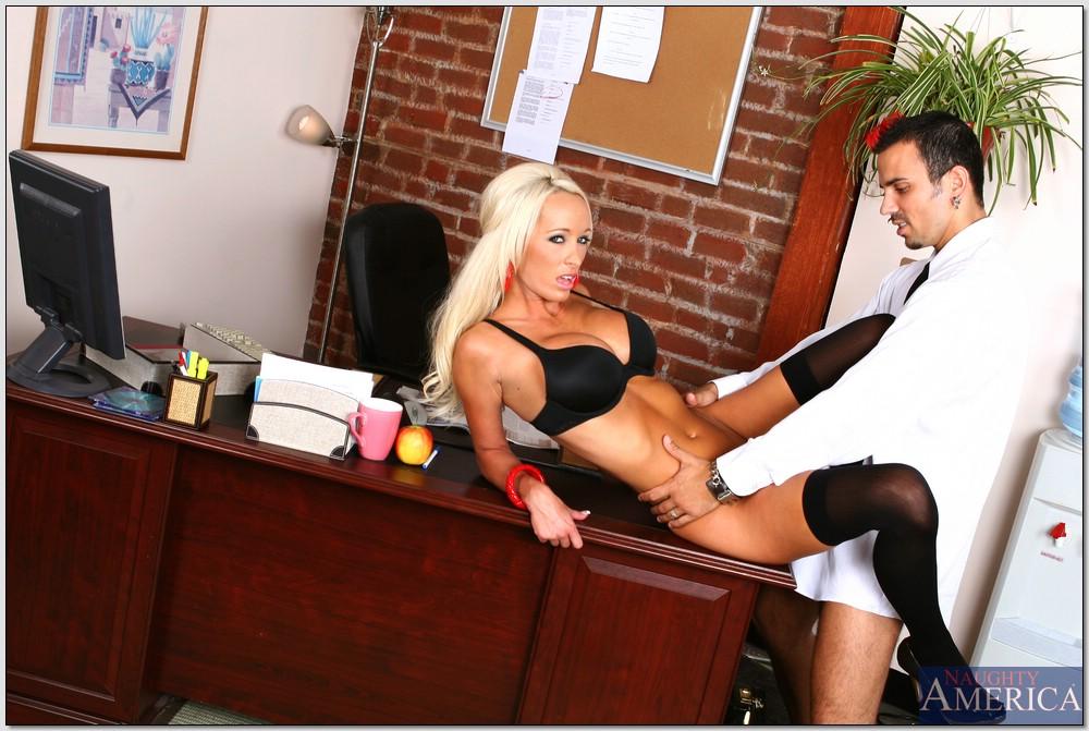 Секретарша зашла в кабинет начальника и отдалась ему на столе 8 фото
