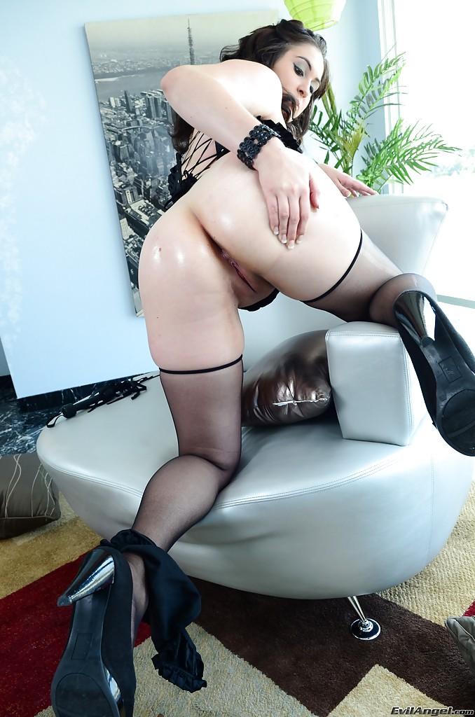 Полная дамочка показывает свои большие сиськи и дырку 14 фото
