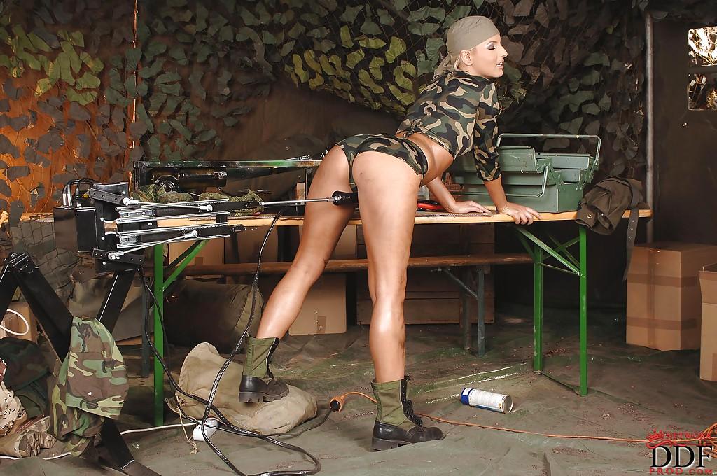 Блондинка в камуфляже трахается с секс-машиной 5 фото