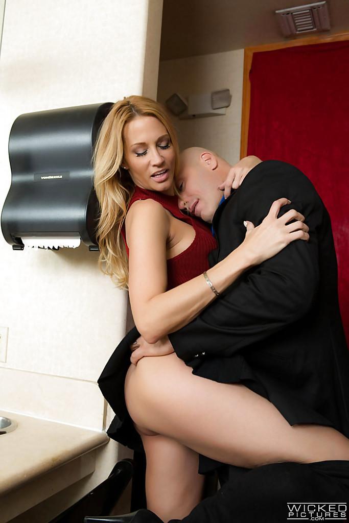 Лысый мужик задрал Джессике Дрейк юбку и трахнул в туалете 1 фото
