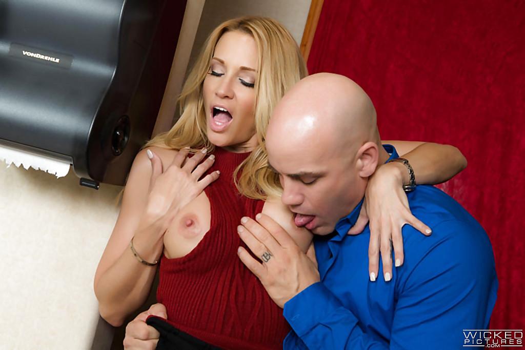 Лысый мужик задрал Джессике Дрейк юбку и трахнул в туалете 2 фото