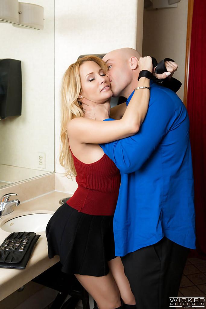 Лысый мужик задрал Джессике Дрейк юбку и трахнул в туалете 5 фото