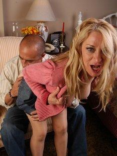 Блондинка дрочит член качка и упивается камшотом