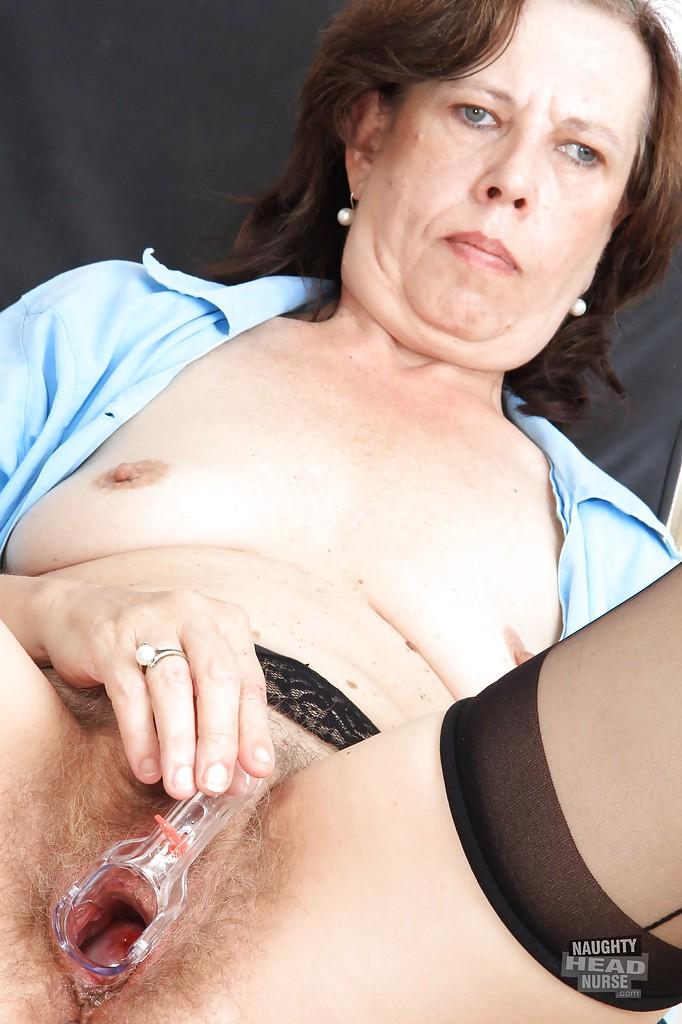 50летняя санитарка дрочит вагину в гинекологическом кресле 9 фото