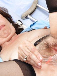50летняя санитарка дрочит вагину в гинекологическом кресле