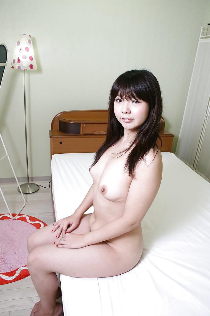 Японка с миниатюрной фигурой засветила мохнатую киску 8 фото