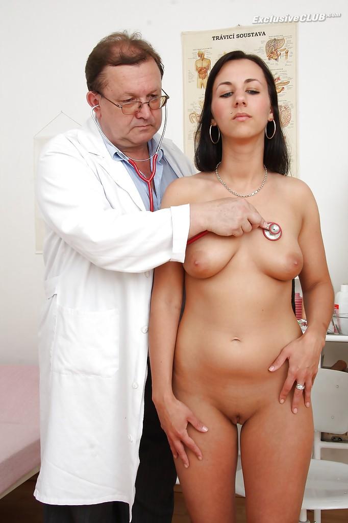 Взрослый гинеколог играет с вагиной брюнетки вакуумным насосом 2 фото